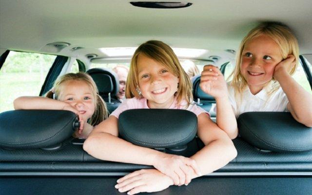 un trajet en voiture éducatif pour les enfants