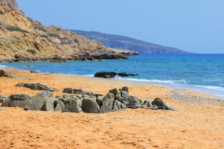 plage de sable rouge en crète