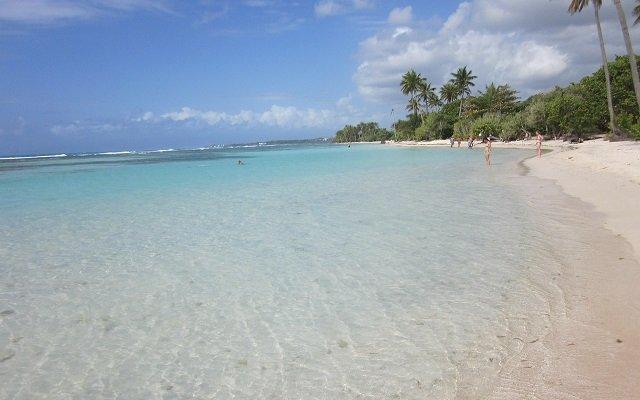plage déserte en guadeloupe