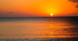 Regarder un coucher de soleil aux îles Caïmans