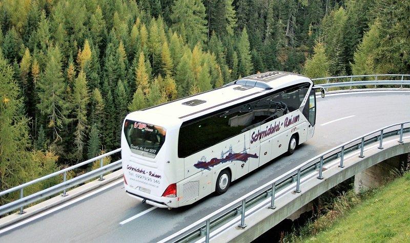 Location d'autocar avec chauffeur : les avantages en voyage