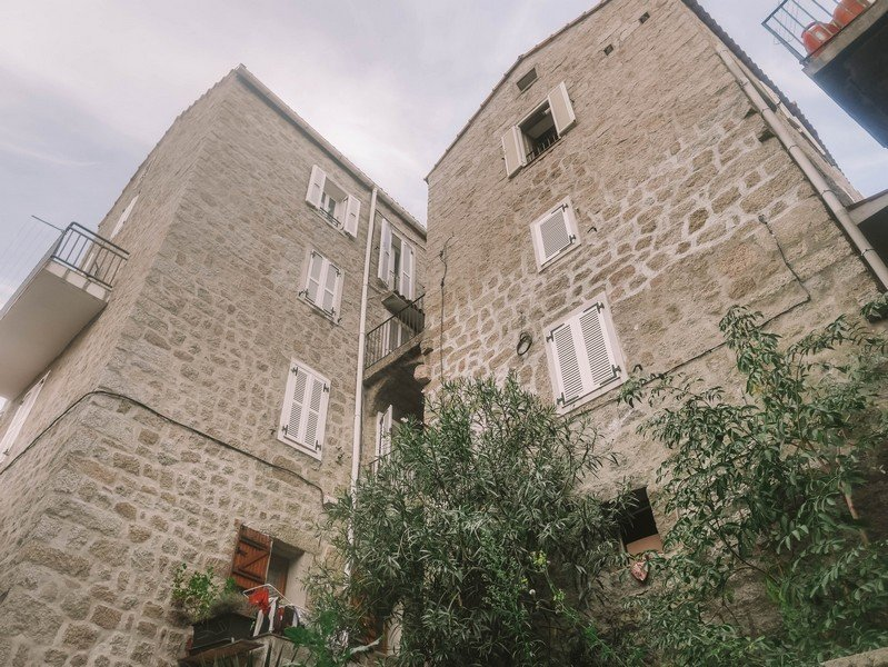 hautes maisons en pierre