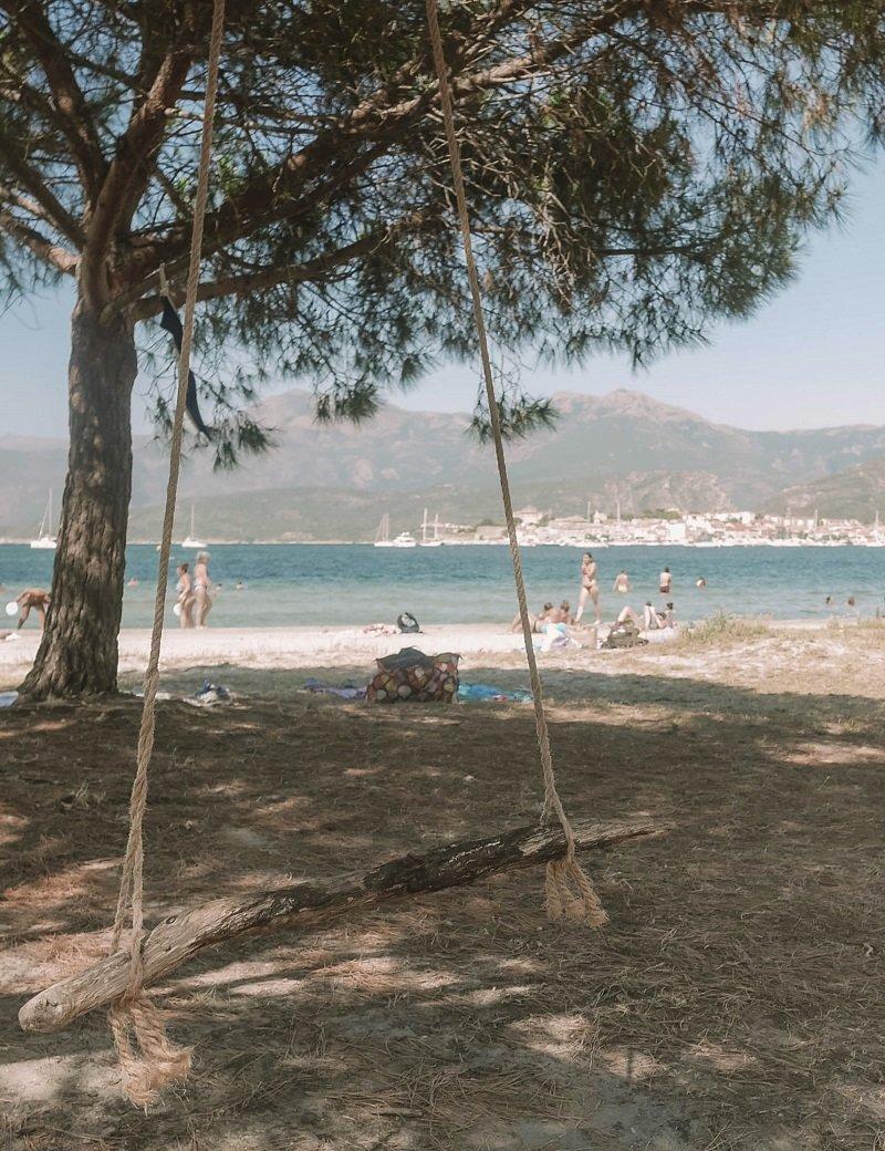 balançoire plage de la roya