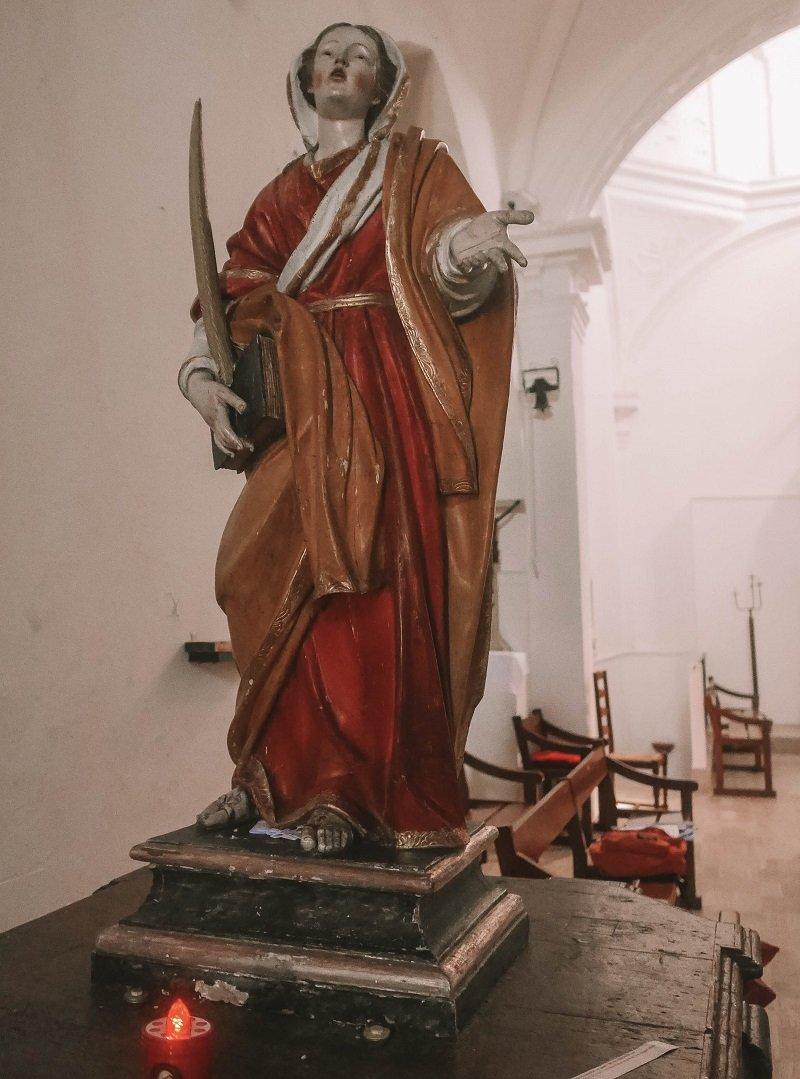 sainte restitude statue