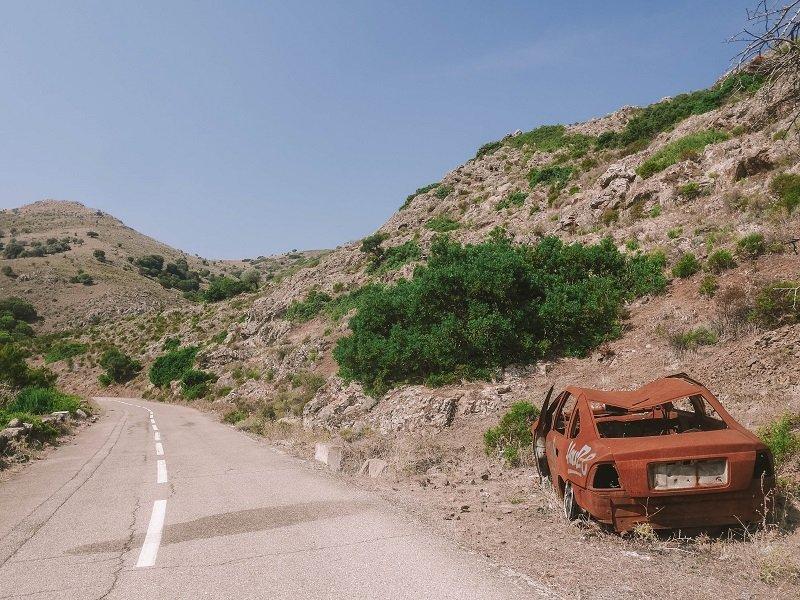 carcasse voiture route corse