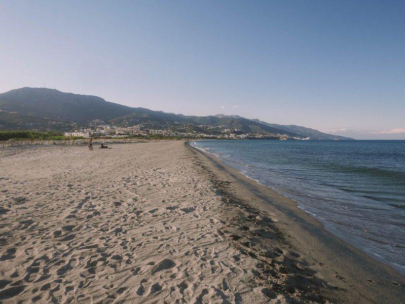plage et bastia au loin
