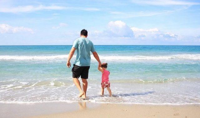 Un père et son enfant à la plage