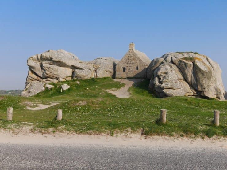 maison entre les rochers meneham