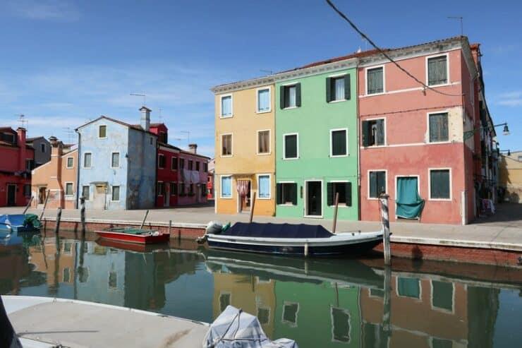 maisons colorées et canal